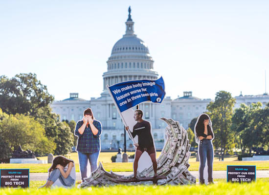 מחאה בוושינגטון נגד פייסבוק לאחר חשיפת המסמכים שמלמדים על ההשפעת הנפשית הרעה של אינסטגרם על ילדים ונוער, בייחוד על בנות / צילום: Associated Press, Eric Kayne