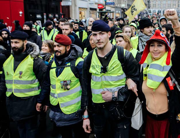 מחאת האפודים הצהובים בצרפת. שלפו את האפודים מהרכב / צילום: Associated Press, Kamil Zihnioglu