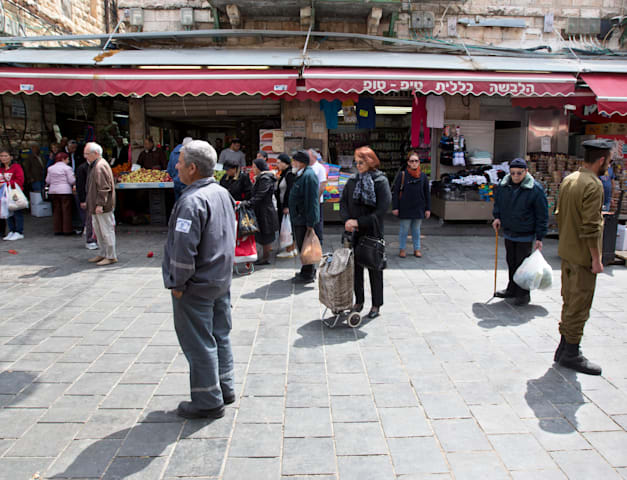 עומדים בצפירה ברחוב בירושלים. גם בעולם עומדים דקת דומייה / צילום: Associated Press, Sebastian Scheiner