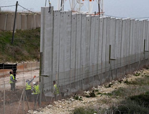 עבודות בגבול ישראל־לבנון. גבול שדווקא מוכר בעולם / צילום: Associated Press, Hussein Malla