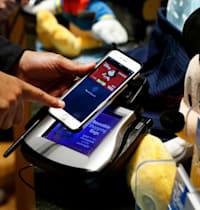 משלמים באפל פיי בחנות של דיסני / צילום: Associated Press, Jason DeCrow