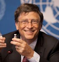 ביל גייטס אוחז בחיסון נגד דלקת קרום המוח במסיבת עיתונאים בשווייץ / צילום: Associated Press, Anja Niedringhaus