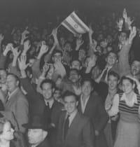 """המונים צוהלים ברחובות תל אביב לאחר הכרזת האו""""ם בכ""""ט בנובמבר 1947 / צילום: לע""""מ-הנס פין"""