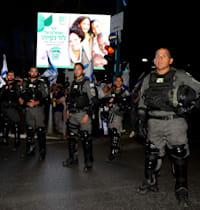 שוטרים נערכים אל מול המהומות / צילום: איל יצהר