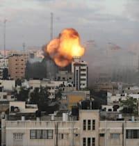 תקיפה אווירית ישראלית על בניין בעזה / צילום: Reuters, MOHAMMED SALEM