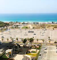 חוף הים בראשון לציון. חניוני ענק עד הים / צילום: Shutterstock