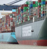 אניית אברגרין חונה בנמל פליקסטו. מחסור בנהגי משאיות משתק את העברת הסחורות / צילום: Reuters, Peter Cziborra