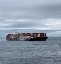 הספינה קינגסטון של צים עולה באש / צילום: Reuters, Canadian Coast Guard/Handout