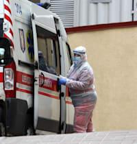 אמבולנס ממתין מחוץ לבית חולים בקייב, בירת אוקראינה / צילום: Reuters, Pavlo Gonchar / SOPA Images/Sipa USA