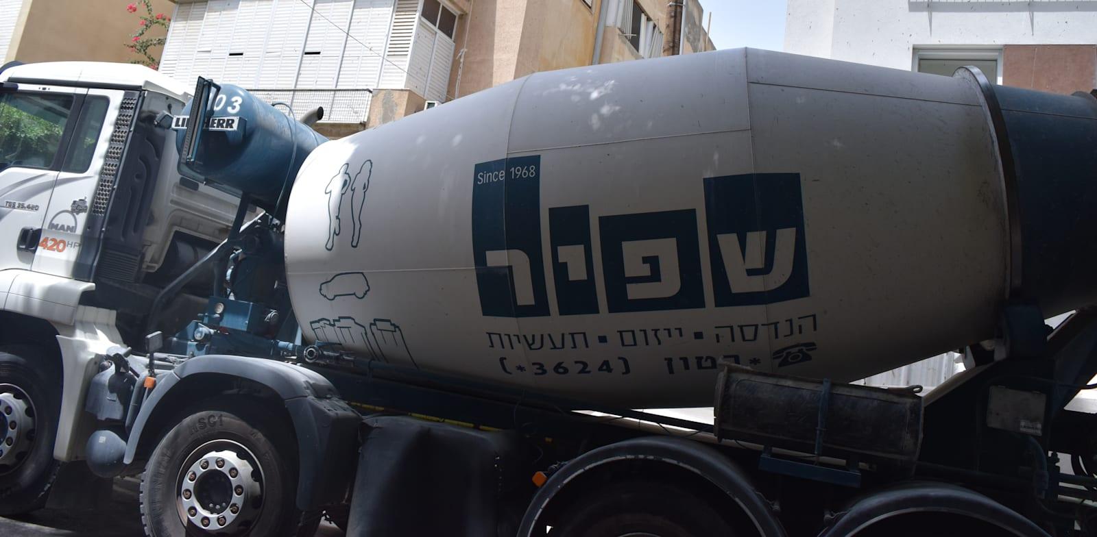 משאית מערבל בטון של שפיר הנדסה / צילום: בר - אל
