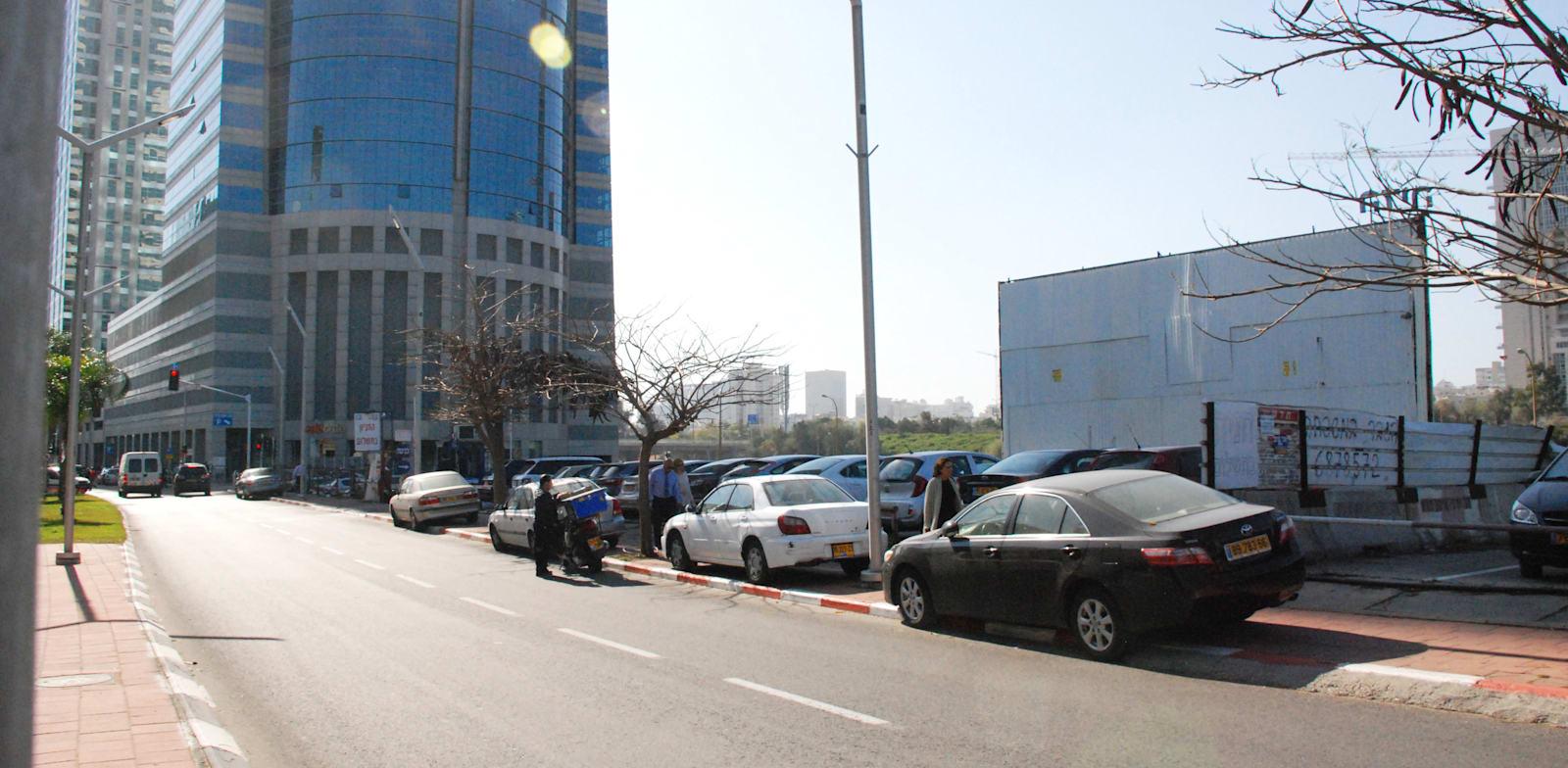 מגרש חניה ברחוב מנחם בגין 13 רמת גן / צילום: אלי יהב
