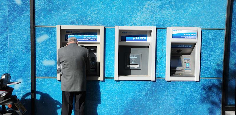 החשש שעולה כעת לאחר החזרה לשגרה הוא שתקופת הקורונה תקבע את נוהג סגירת סניפי הבנקים וקביעת התור מראש כסטנדרט שירות / צילום: איל יצהר
