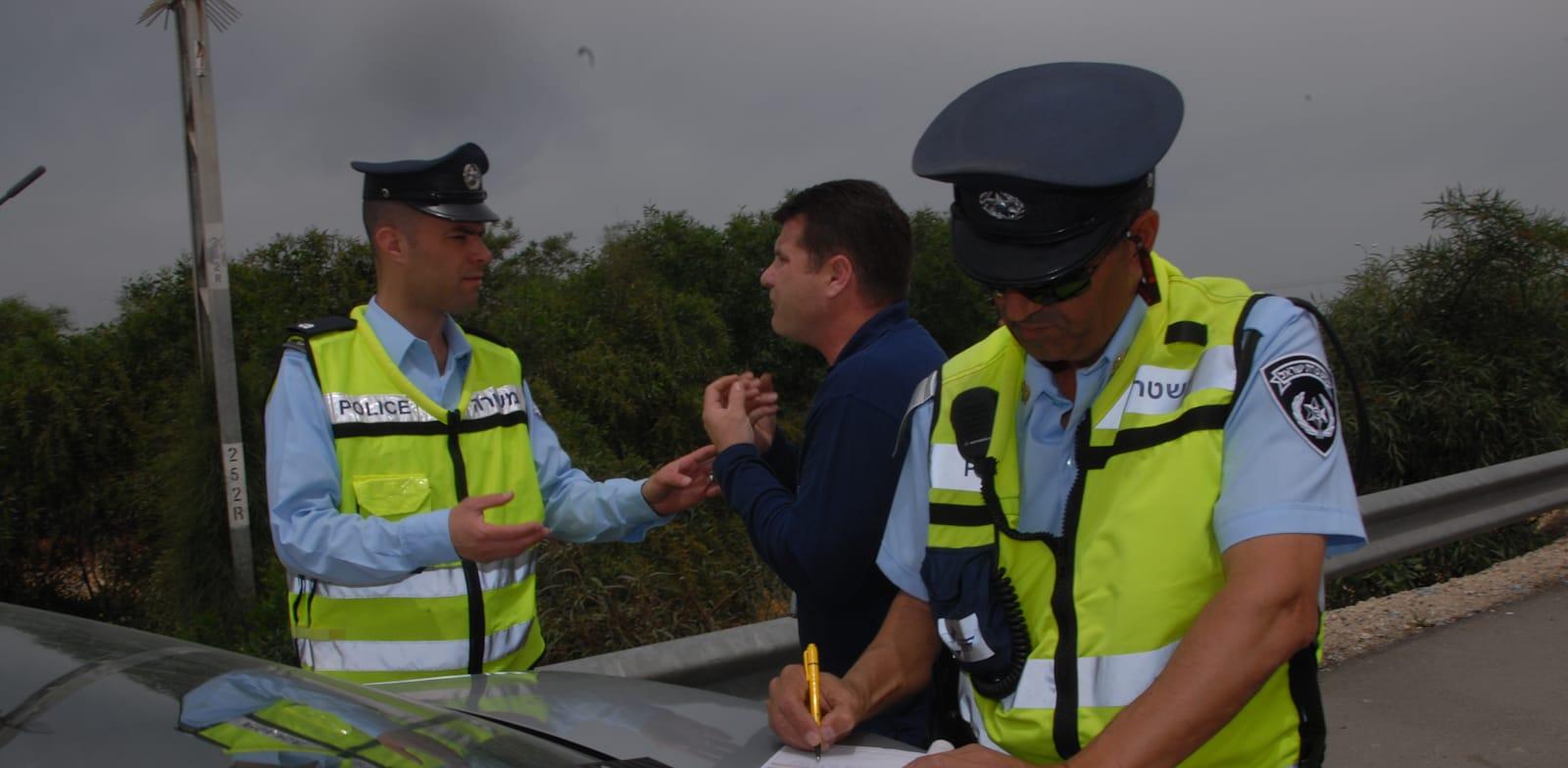 שוטרים נותנים דוח / צילום: אייל פישר
