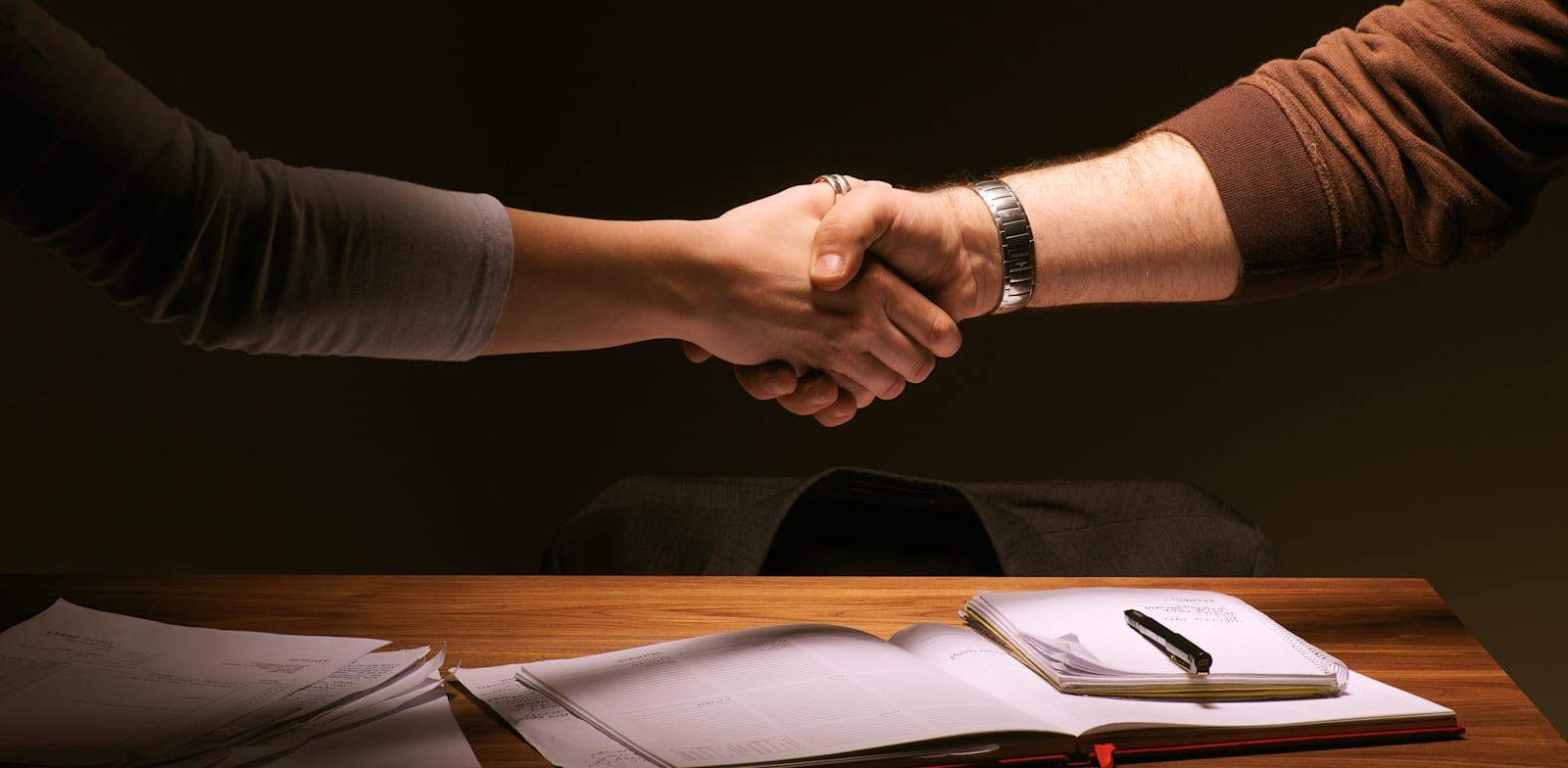 משא ומתן. מסמכים. לחיצת יד. / צילום: אימאג'-בנק ישראל