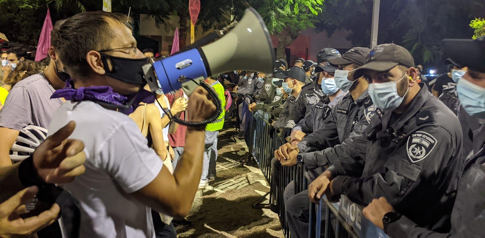 שוטרים מול מפגינים בתל אביב / צילום: רון טוביאס
