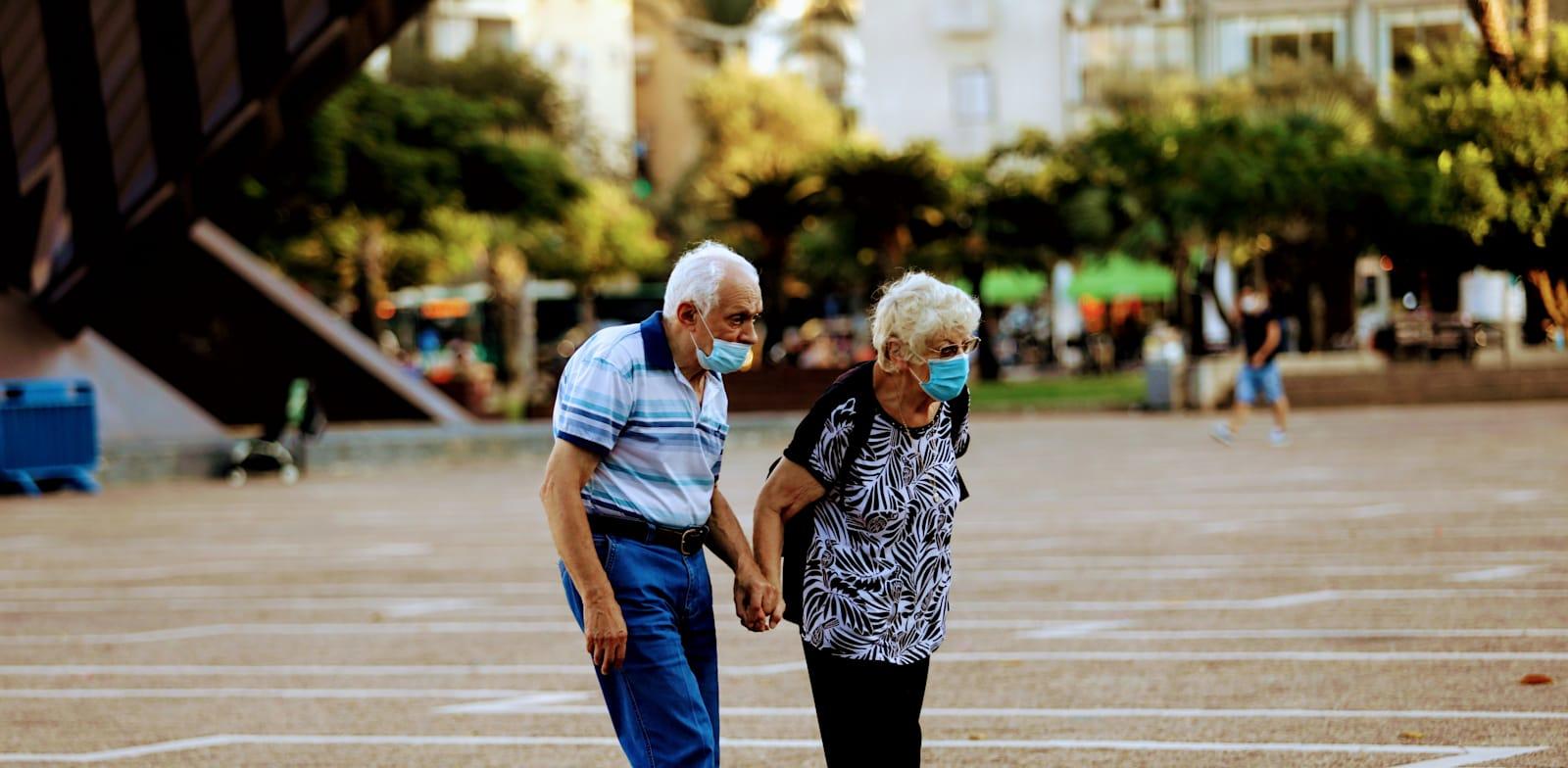 זוג קשישים הולכים בזמן קורונה עם מסכה / צילום: שלומי יוסף
