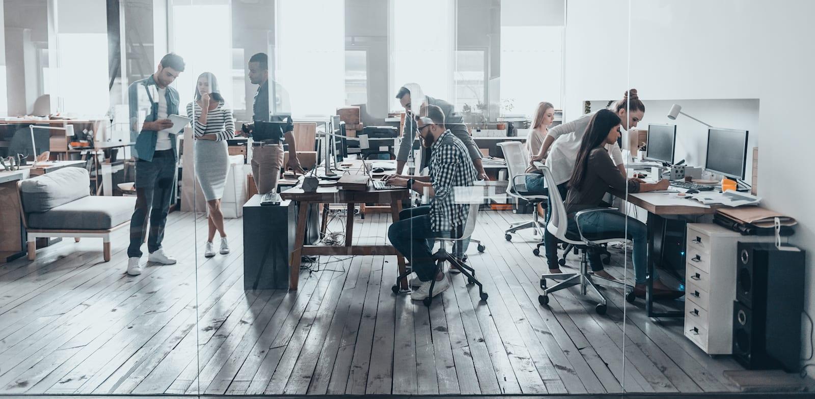 עבודה במשרד. הגיע הזמן להתקדם מגישת הפוליטיקלי קורקט / צילום: Shutterstock