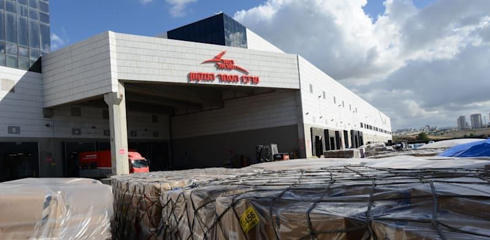 מרכז המיון הארצי של דואר ישראל / צילום: איל יצהר