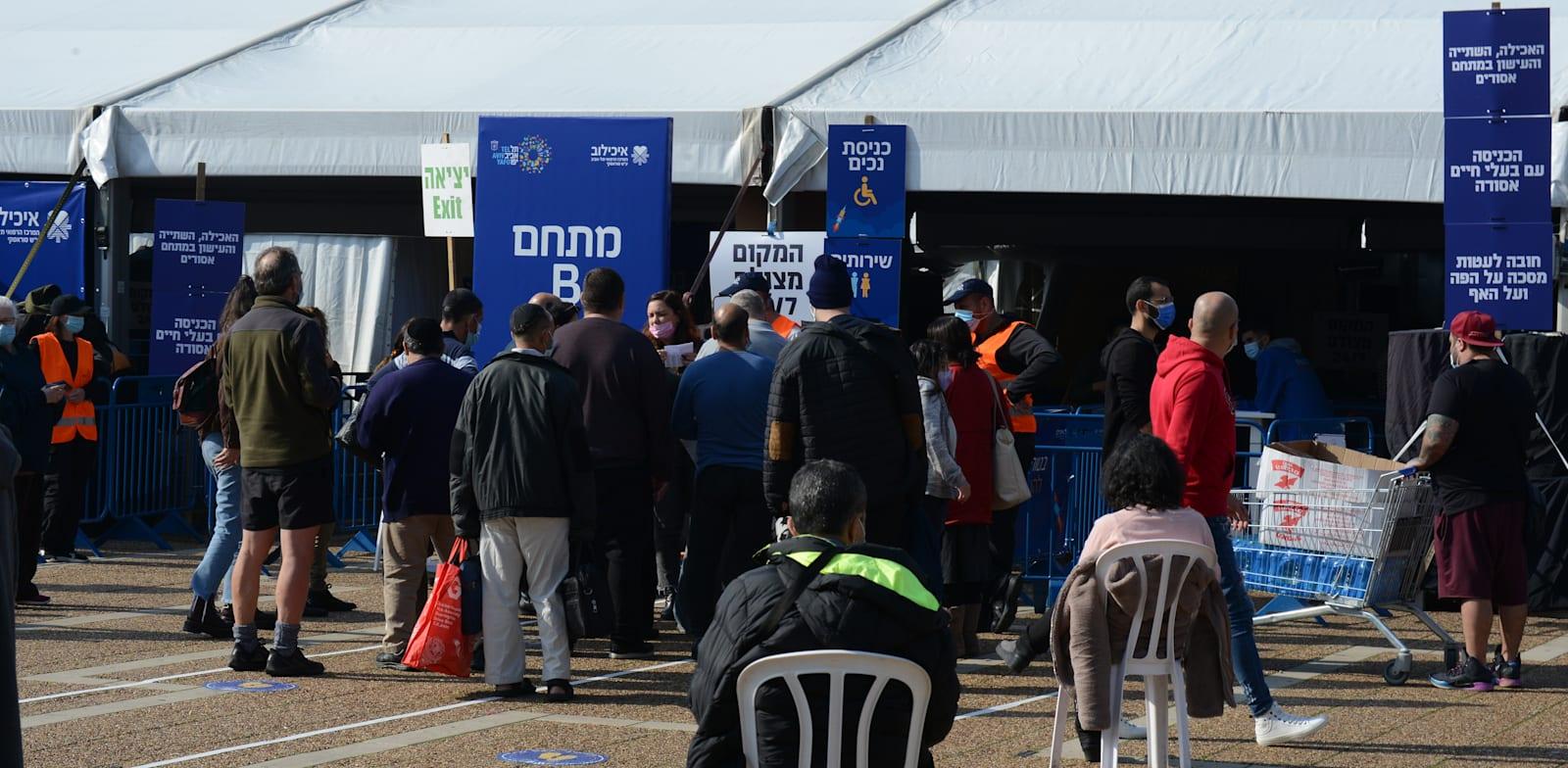 מתחסנים לקורונה בכיכר רבין בתל אביב / צילום: איל יצהר