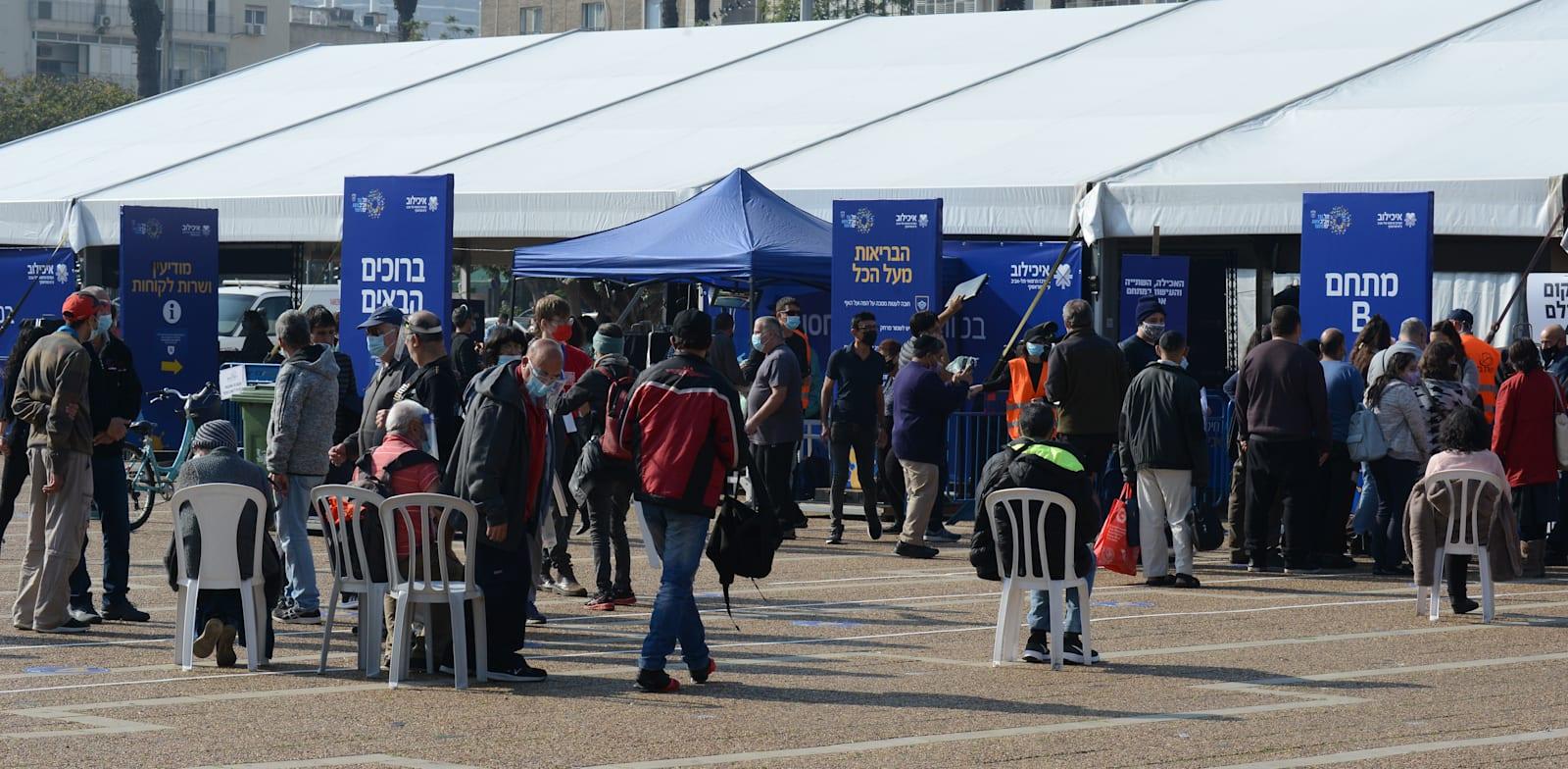 מתחסנים לקורונה כיכר רבין ת''א / צילום: איל יצהר