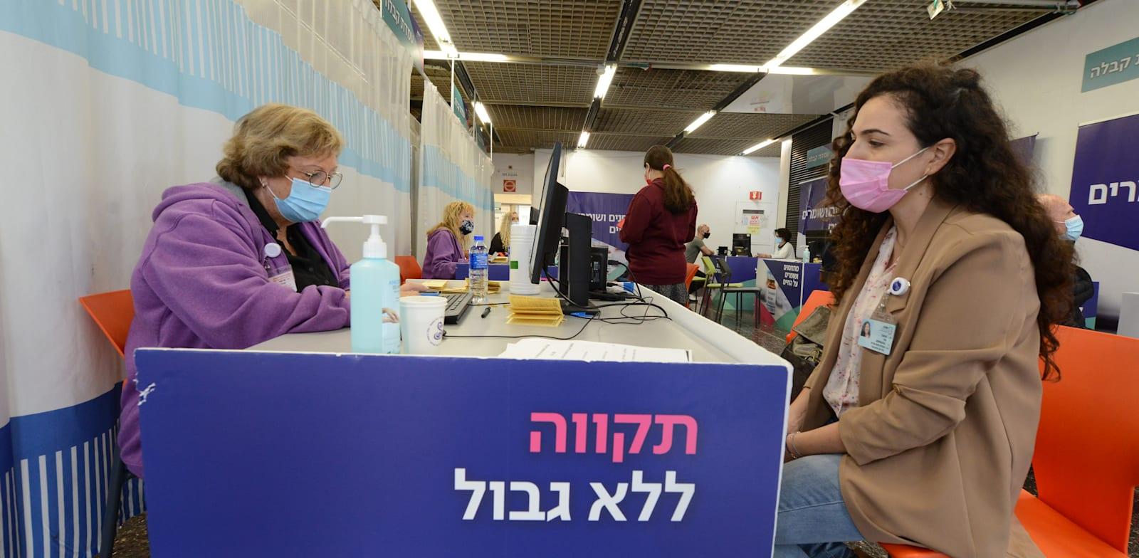 מתחם חיסוני קורונה בבית חולים שיבא תל השומר / צילום: איל יצהר