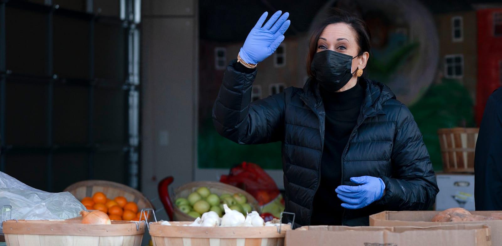 קאמלה האריס באריזת שקי מזון עבור נזקקים, שלשום / צילום: Associated Press, Jacquelyn Martin