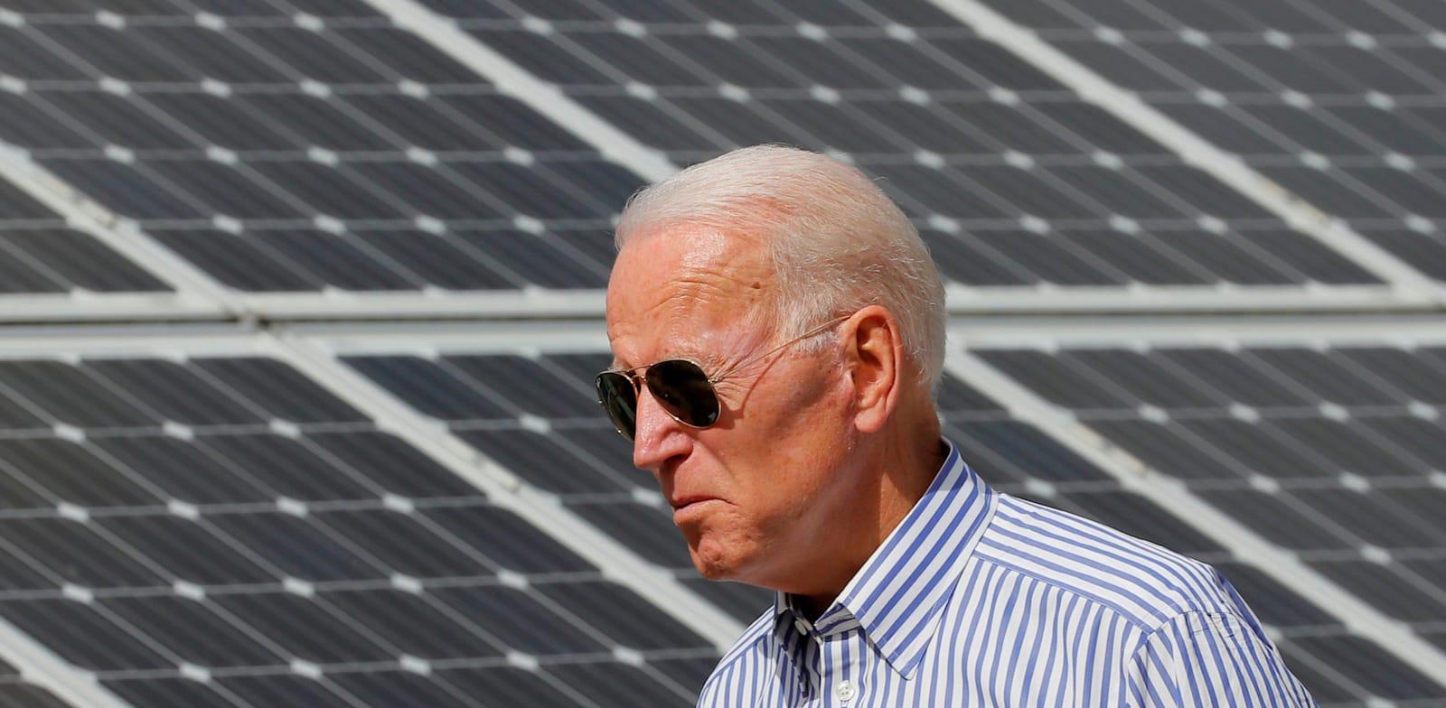 """נשיא ארה""""ב החדש ג'ו ביידן בביקור בחוות פאנלים סולאריים בניו המפשייר / צילום: Reuters, BRIAN SNYDER"""