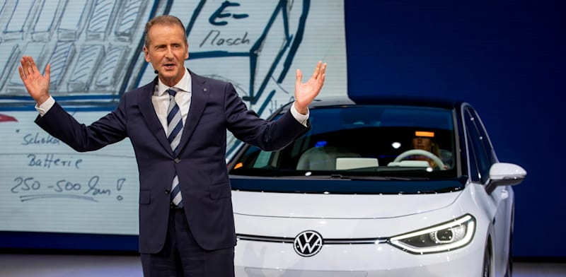 """מנכ""""ל פולקסווגן הרברט דיס מציג את המכונית החשמלית הראשונה של החברה מדגם ID.3 בספטמבר 2019 / צילום: Associated Press, Michael Probst"""