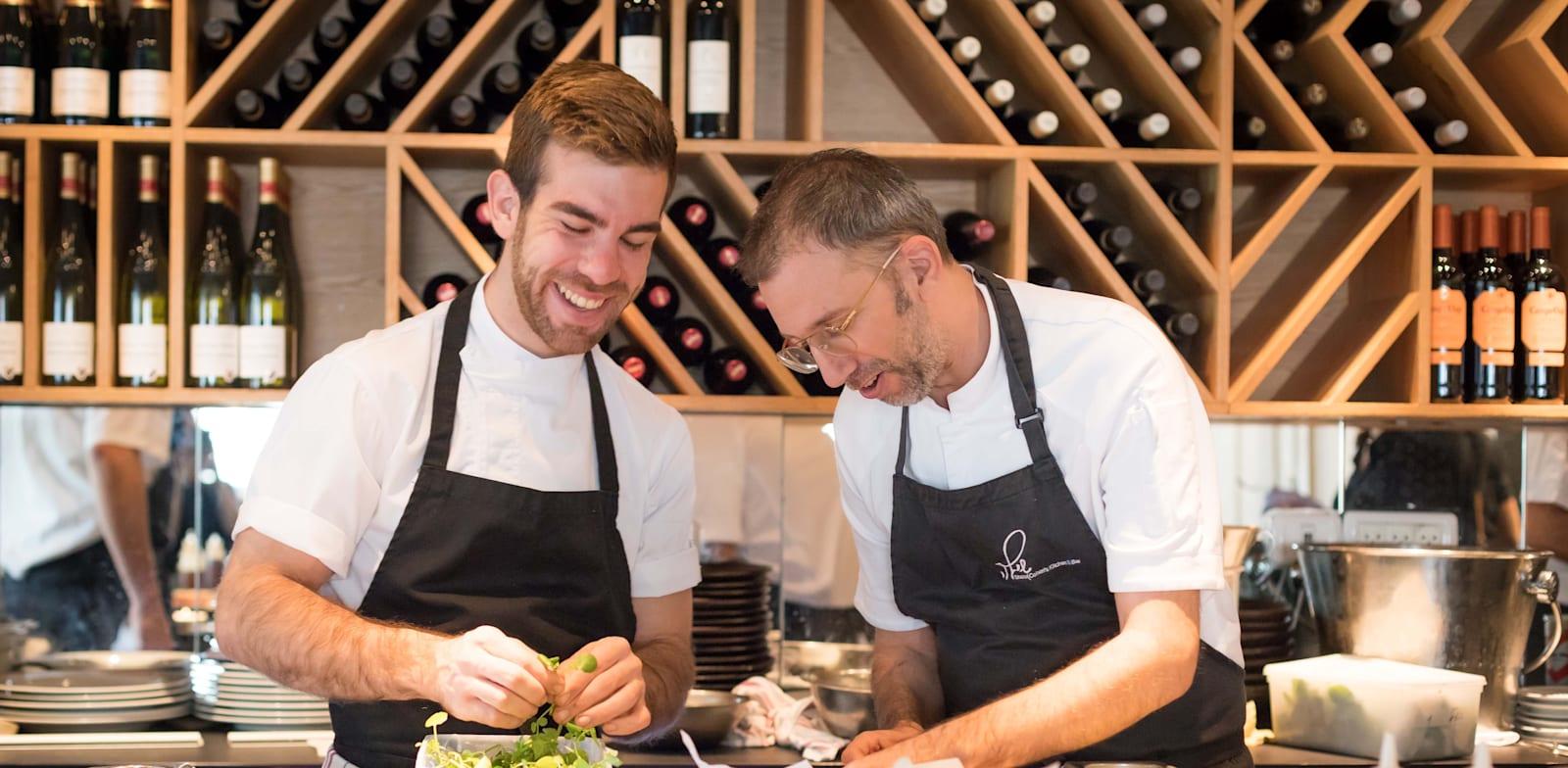 שרון כהן (מימין) עם אחד מטבחיו במסעדת שילה / צילום: יונתן בן חיים