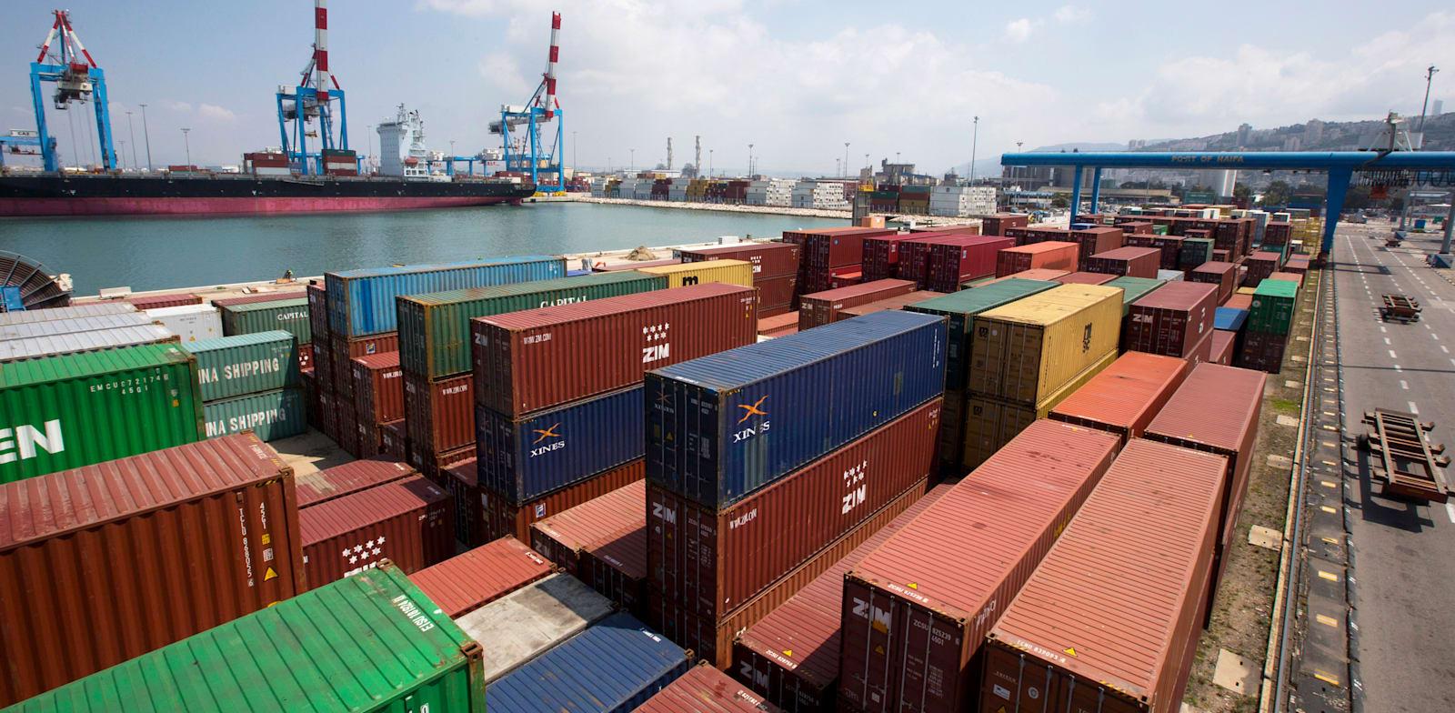 מכולות בנמל חיפה. יצוא הסחורות של ישראל קטן ב־4% ב־2020 / צילום: Reuters, Ronen Zvulun