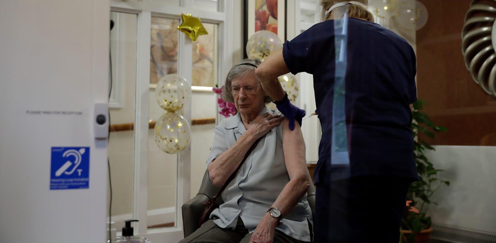 מבצע חיסונים של חברת אסטרהזנקה בבית אבות בלונדון / צילום: Associated Press, Matt Dunham