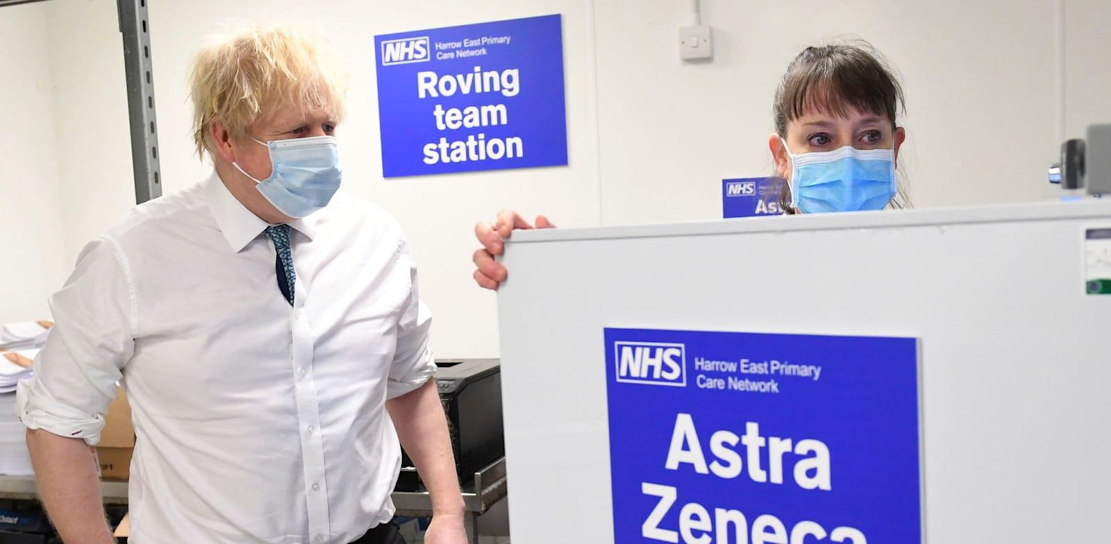 ראש ממשלת בריטניה בוריס ג'ונסון במרכז חיסונים של אסטרהזנקה / צילום: Associated Press, Stefan Rousseau