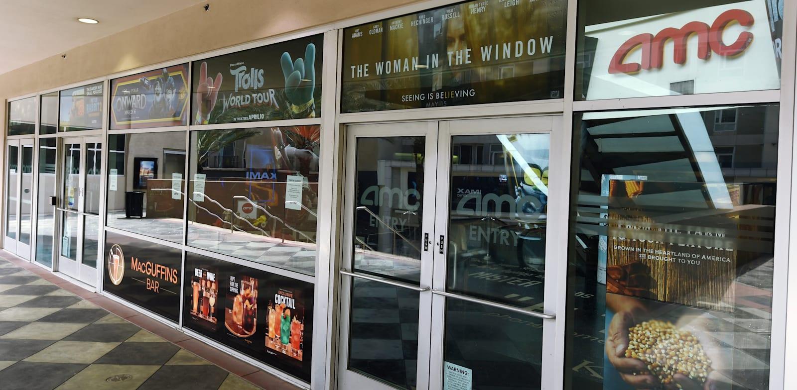 """סניף של רשת בתי הקולנוע AMC בארה""""ב שסגור בשל הקורונה / צילום: Associated Press, Chris Pizzello"""