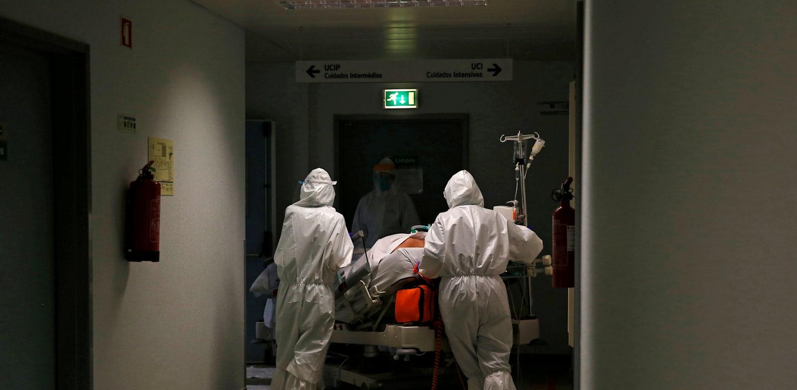 חולה מובהל למחלקת הקורונה בבית חולים בפורטוגל / צילום: פדרו נונס