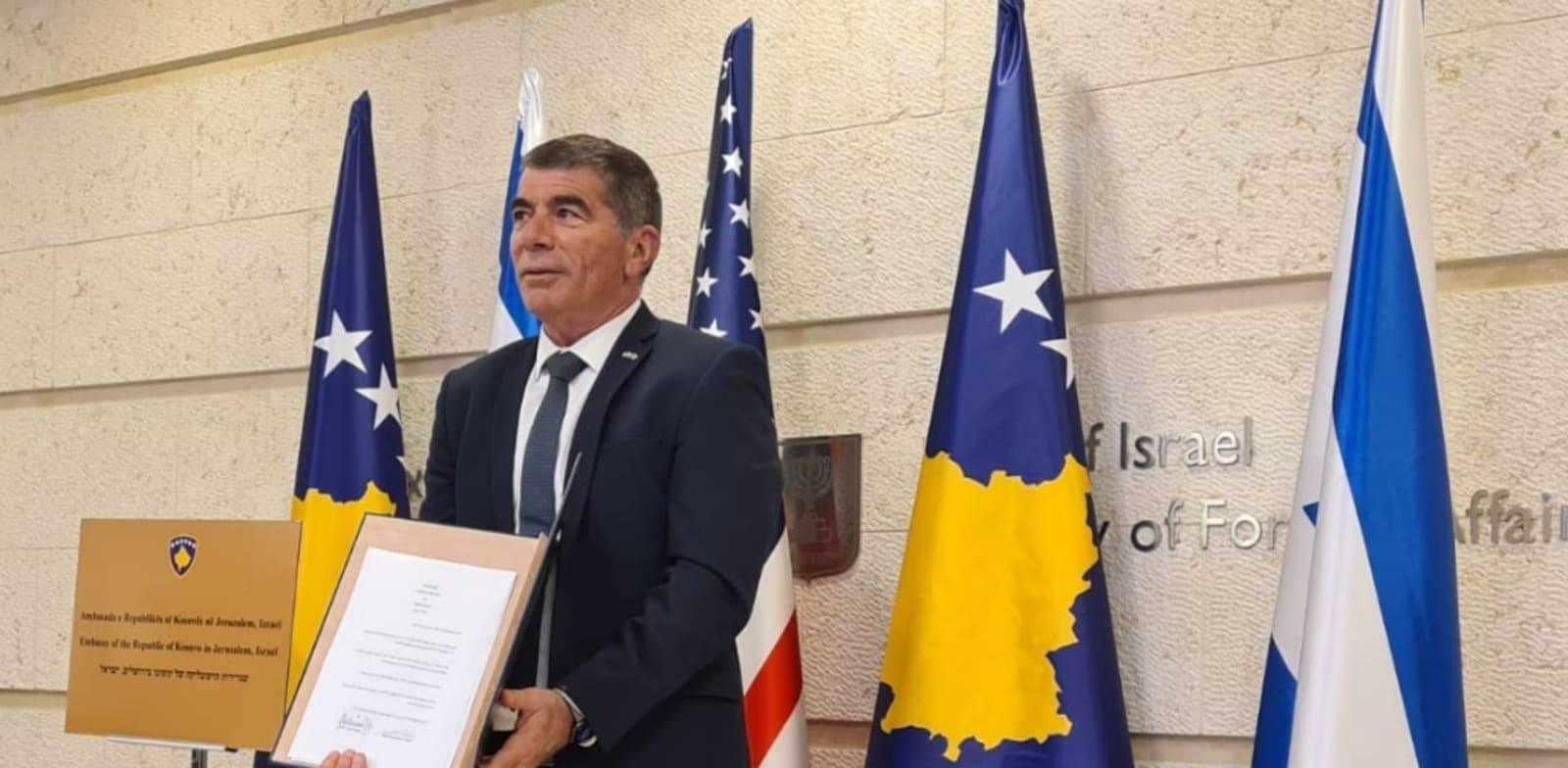 שר החוץ גבי אשכנזי בטקס הווירטואלי לרגל כינון היחסים הדיפלומטיים עם קוסובו / צילום: משרד החוץ