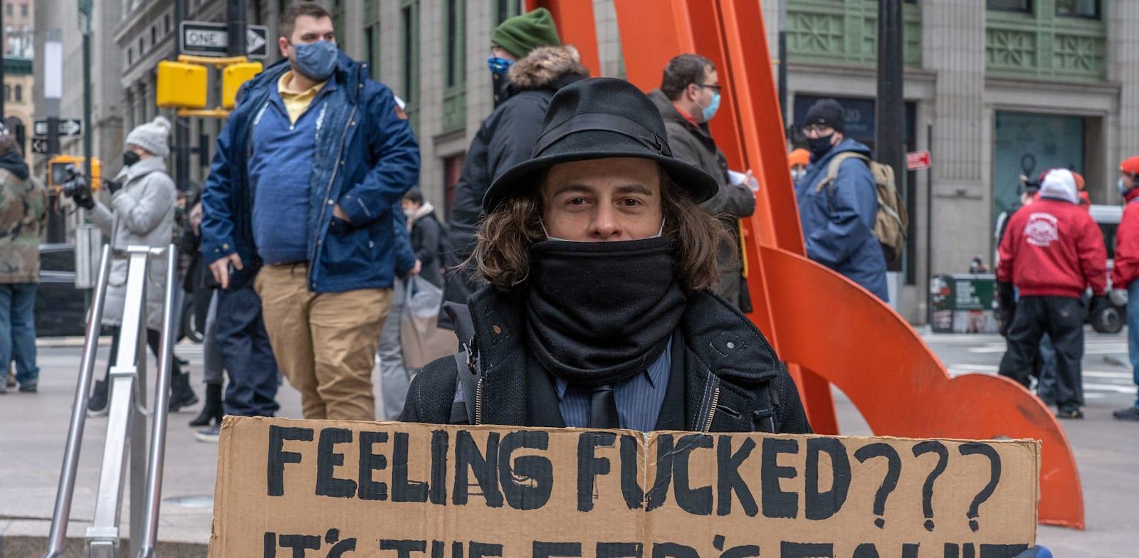"""מפגין במחאת """"Re-Occupy Wall Street"""". המפגינים מחו על הניסיונות של קרנות הגידור הגדולות לפגוע בהשקעות של """"האדם הפשוט"""", שהקפיצו מניות כמו גיימספוט / צילום: Reuters, Ron Adar / SOPA Images/Sipa USA"""