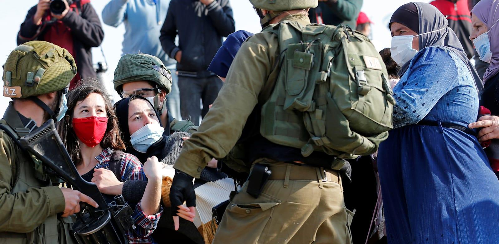 הפגנה אחרי הפגיעה בהארון אבו עראם. הלב יוצא אליו, אך זה לא אפרטהייד / צילום: Reuters, Mussa Issa Qawasma