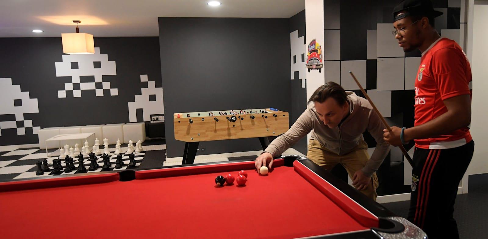חלל משחקים בקומונה ליד לונדון / צילום: Reuters, Toby Melville