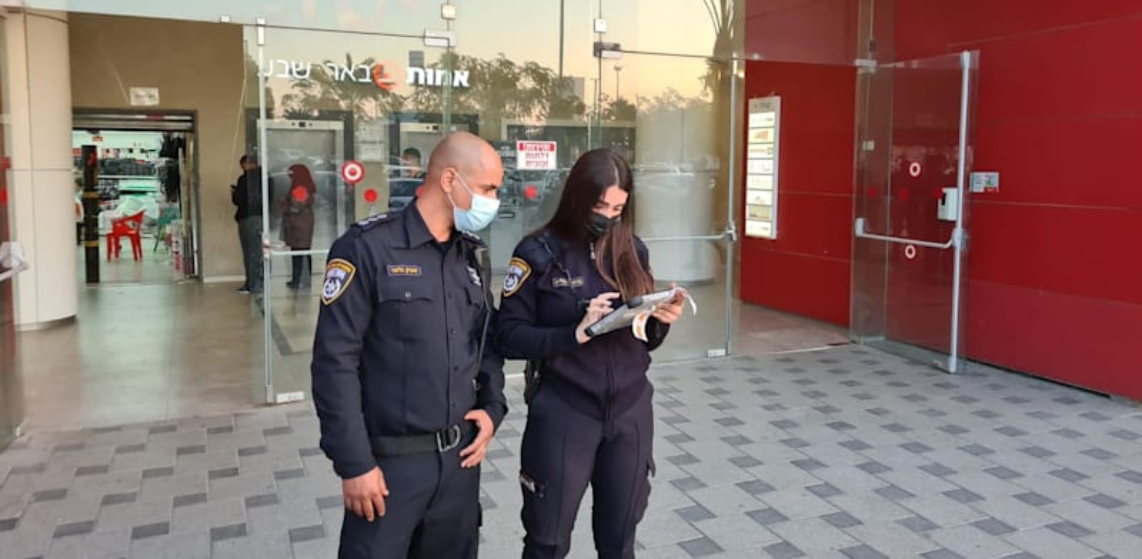 משטרת ישראל מחוץ לסניף מקס סטוק בבאר שבע / צילום: משטרת ישראל