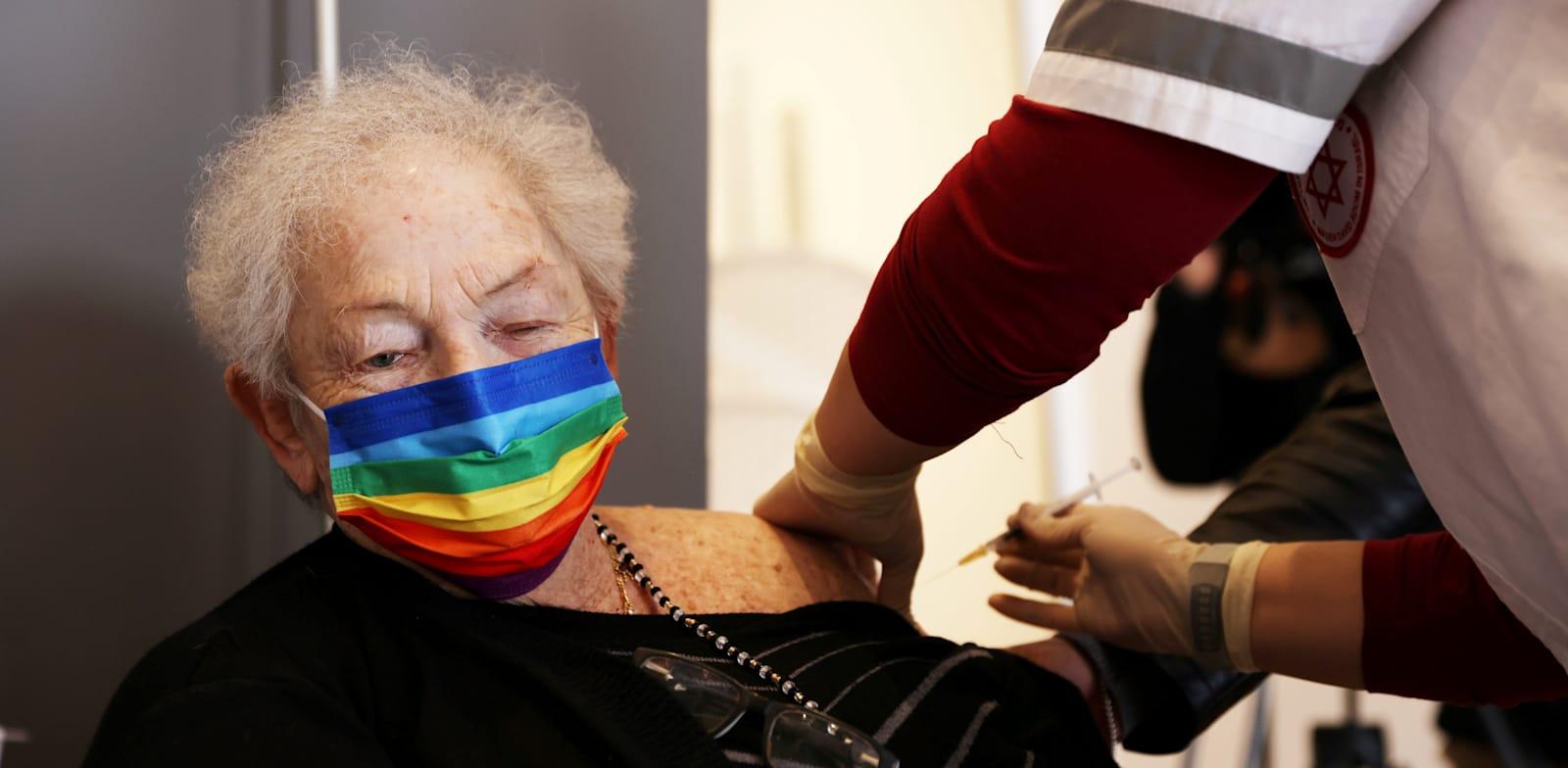 חיסון נגד קורונה בבית אבות בנתניה / צילום: Reuters, Ronen Zvulun