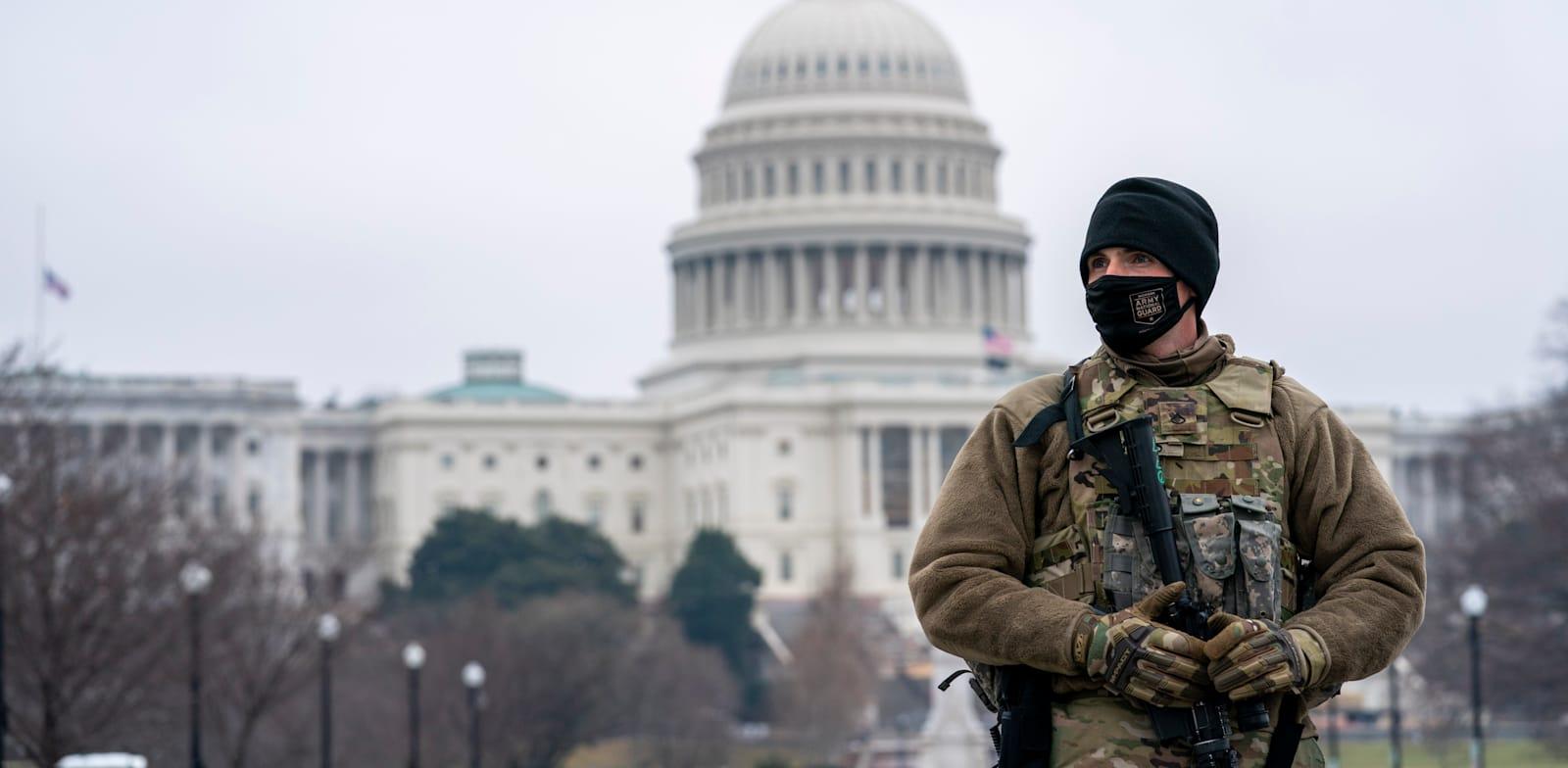 חייל המשמר הלאומי שומר בוושינגטון ביום השלישי למשפט ההדחה של דונלד טראמפ / צילום: Associated Press, Jose Luis Magana