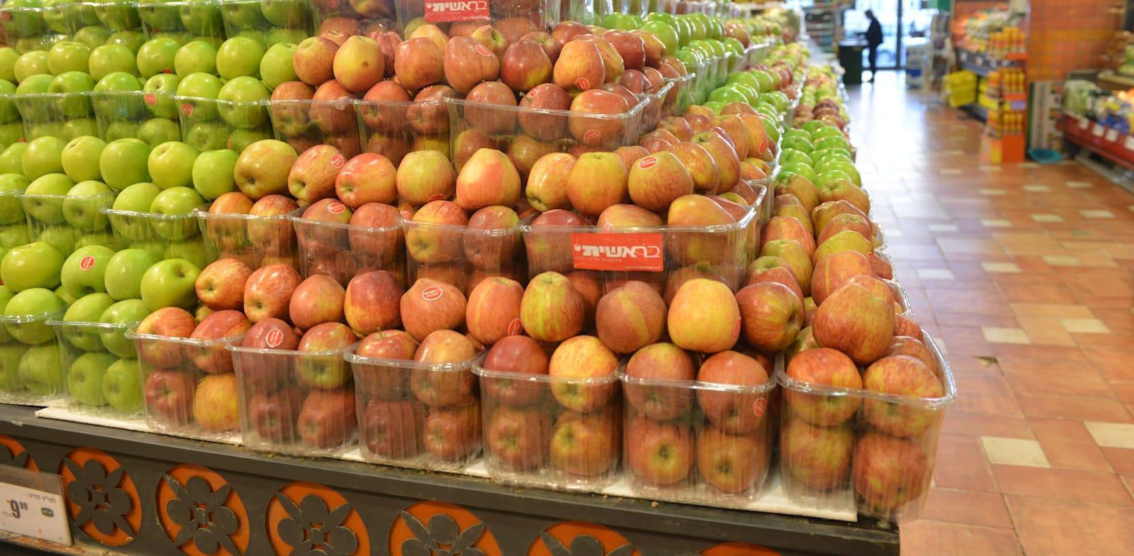 פירות בסופרמרקט. מי אחראי לפערי התיווך הגבוהים? / צילום: תמר מצפי