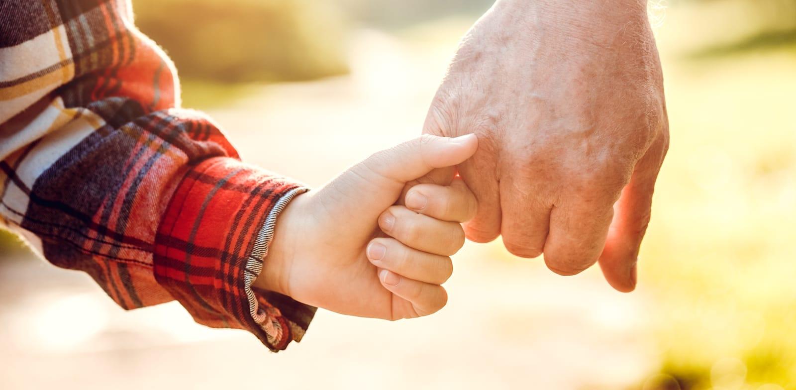 יחסים בין נכדים לסבא ולסבתא. בית המשפט מתערב יותר בשנים האחרונות / צילום: Shutterstock, Lizardflms