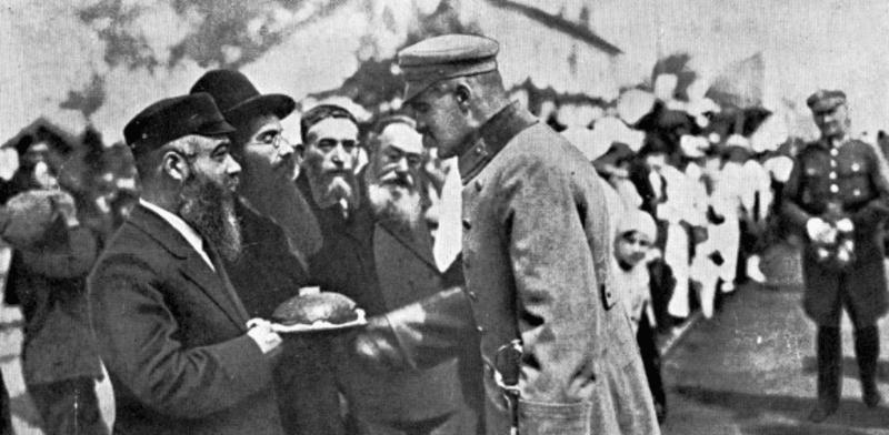 זקני הקהילה היהודית הקטנה של דנבלין מקבלים את פני מייסד פולין החדשה והגיבור הלאומי שלה יוזף פילסודסקי, 1920 / צילום: מתוך ויקיפדיה