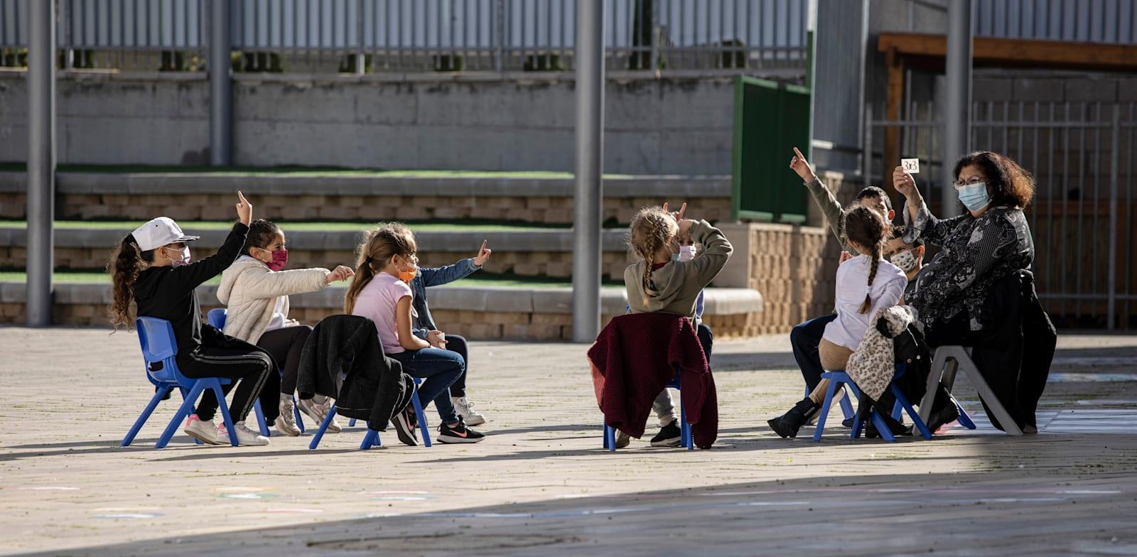 לומדים בחוץ בישראל / צילום: Associated Press, Tsafrir Abayov