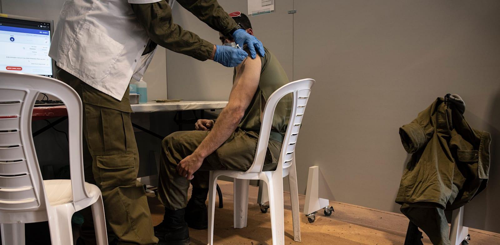 """חיסון חיילי צה""""ל נגד קורונה / צילום: Associated Press, Tsafrir Abayov"""