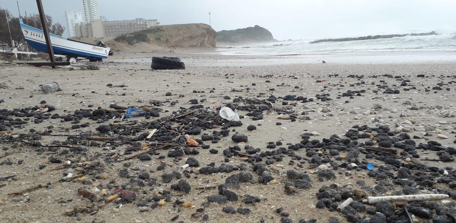 חדירת זפת לחופי ישראל, חוף חדרה / צילום: מפקחי היחידה הימית, המשרד להגנת הסביבה