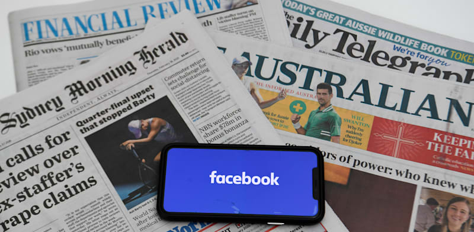 פייסבוק על רקע עיתונים אוסטרליים / צילום: Reuters, AAP Image/Lukas Coch