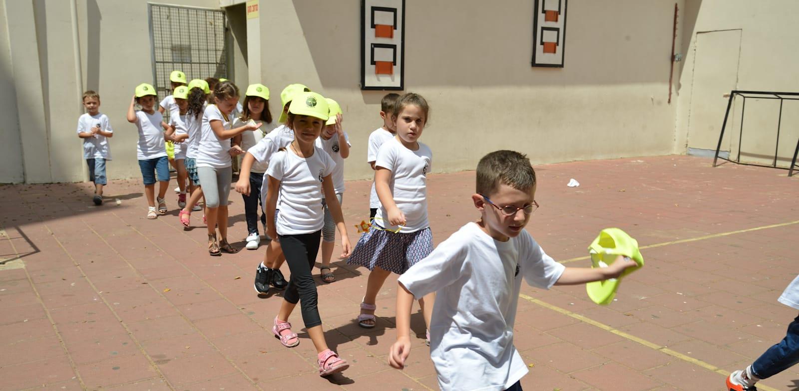 תלמידים יוצאים מבית הספר / צילום: תמר מצפי