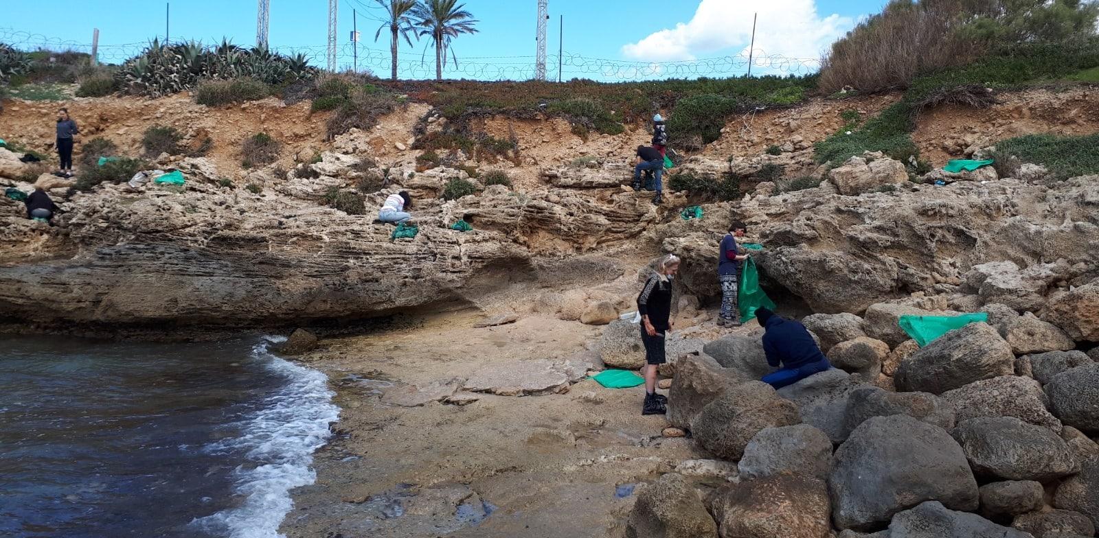 מתנדבים בחוף החותרים / צילום: איגוד ערים שרון כרמל